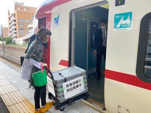 台車で運ばれる生菓子=2021年10月18日午前、名古屋市熱田区