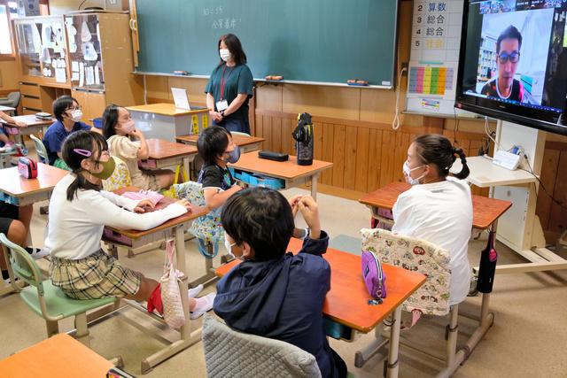 オンラインで人権学習を受ける三重県伊賀市立友生小学校の6年生たち。SNSを使ったいじめも題材にした=2021年6月23日午前10時50分、三重県伊賀市、小若理恵撮影