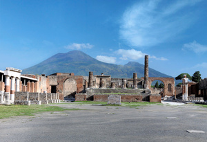 紀元79年に噴火したベズビオ山を望むポンペイ遺跡 photo(C)Luciano and Marco Pedicini