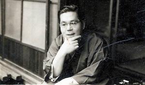 自宅の縁側にいる14代(覚入)=1963年ごろ、京都市上京区