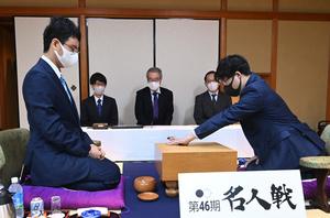 第一着を打つ井山裕太名人(右)。左は一力遼挑戦者=2021年10月19日午前9時、静岡県熱海市、迫和義撮影