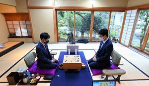 昼食休憩を終え、午後の再開を待つ井山裕太名人(左)と一力遼挑戦者=2021年10月19日、静岡県熱海市、迫和義撮影