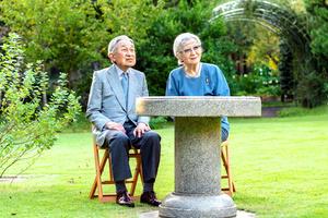 87歳の誕生日を迎えた上皇后美智子さま。上皇さまとともに庭を散策するのが日課となっている=2021年10月4日午後4時、仙洞仮御所、宮内庁提供