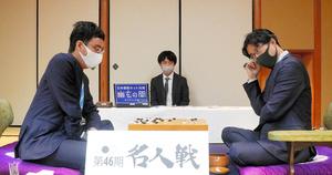 対局中の井山裕太名人(右)と一力遼挑戦者=2021年10月19日、静岡県熱海市、迫和義撮影
