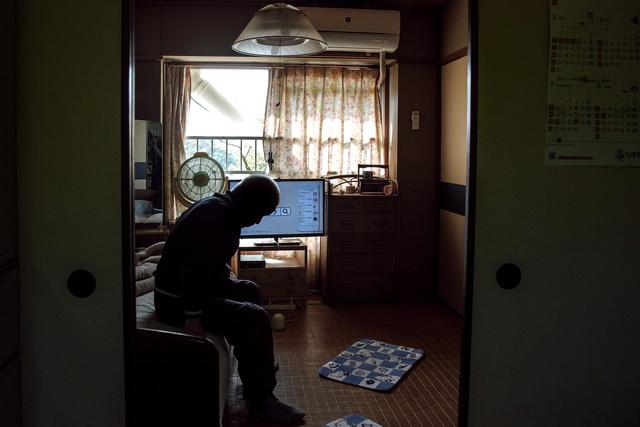 北ニュータウンの集合住宅に住む80代の男性。1人暮らしになって10年以上経つ=2021年10月16日午後2時16分、堺市南区、田辺拓也撮影