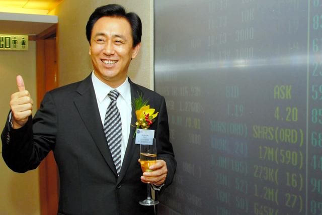 香港証券取引所上場を記念した式典での中国恒大集団創業者・許家印氏=2009年11月5日、AP