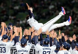 試合後、選手たちに胴上げされる松坂大輔=2021年10月19日、メットライフドーム、西畑志朗撮影