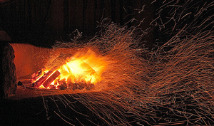 黒楽茶碗の窯。午前0時に火を入れ、午前4時にようやく火が勢いづく