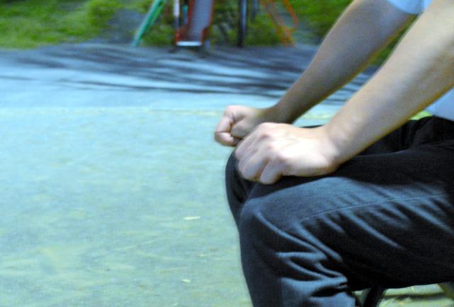 「患者を思うと辞めるのは不本意でした」。男性医師は拳を握った=10月、枝松佑樹撮影