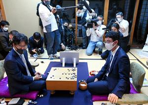 終局後、対局を振り返る井山裕太名人(手前左)と一力遼挑戦者(同右)=2021年10月20日、静岡県熱海市、迫和義撮影