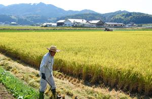 山あいに田園風景が広がる福岡県赤村。農業の後継者不足を不安視する声も上がっている=2021年10月7日、山崎毅朗撮影