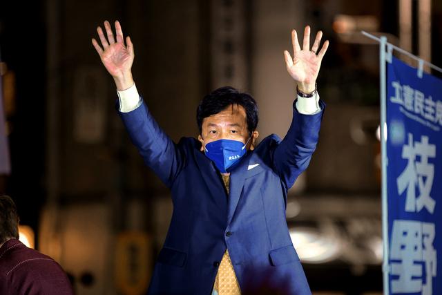 衆院選の候補者の応援に駆けつけ、有権者に手を振る立憲民主党の枝野幸男代表=2021年10月19日午後、東京・新橋、長島一浩撮影