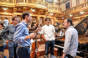 昨秋ウィーンで、佐渡裕さん率いるトーンキュンストラー管弦楽団と共演した反田恭平さん(右)。中央は佐渡裕さん(C)Yaromyr Babsky