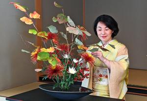 自由花を生ける華道池坊の次期家元・池坊専好さん=2021年10月13日、京都市中京区、筋野健太撮影