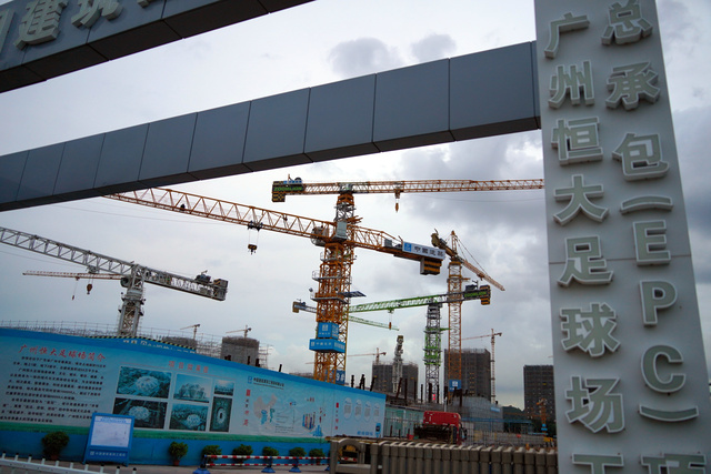 中国恒大集団がつくっている世界最大のサッカー専用スタジアムの工事現場=2021年9月23日、広東省広州市、井上亮撮影