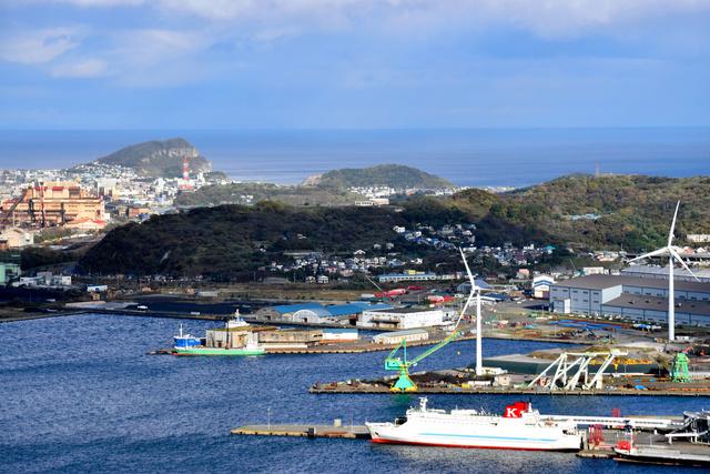 港に面して立つ日本製鋼所M&Eの工場(右奥)。左は日本製鉄室蘭製鉄所=2021年10月21日、北海道室蘭市