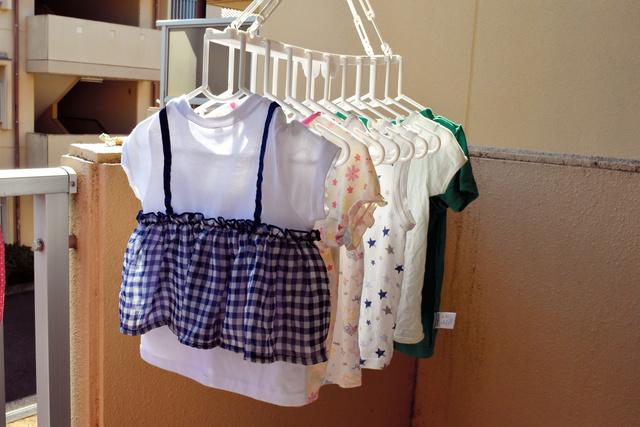 ベランダや室内には、双子の服がたくさん干されていた。女性は「保育園にも着替えを3~5着置くので服がたくさん必要」と語る=2021年10月9日、岐阜県内、大野晴香撮影