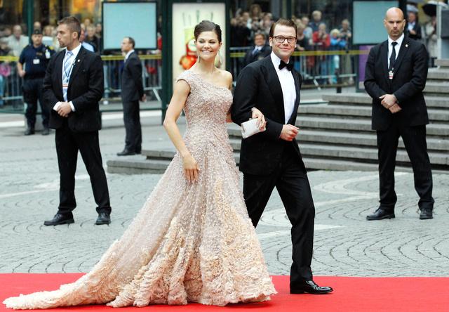 スウェーデンの首都ストックホルムで2010年6月18日、皇太子のビクトリア王女と当時婚約中だったダニエル・ベストリングさん。翌日に結婚式を控えていた=ロイター
