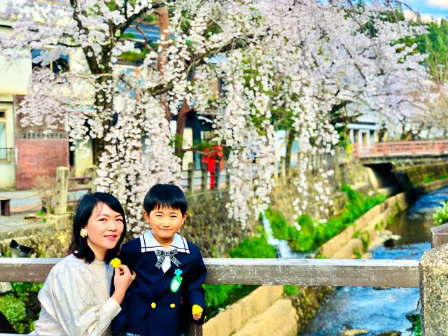 一人息子の律樹さんと神田沙織さん。今年4月、幼稚園の入園時に撮影した=沙織さん提供