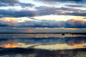 日没少し前の鵜ノ崎海岸。焼け始めた雲が海面に鮮やかに映る=2021年10月18日、秋田県男鹿市、三浦英之撮影