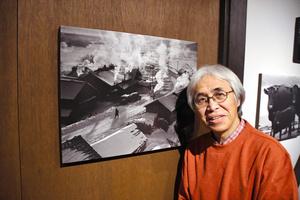 浦島甲一さんの写真と、息子の久さん。自分が育った豊頃町の風景を伝えるこの写真から、久さんは写真展を「ノスタルジア」と名付けた=2021年10月16日、札幌市南区、川村さくら撮影