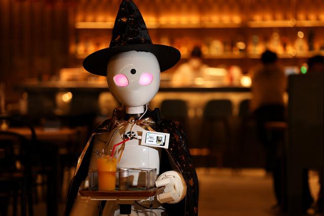 三好史子さんが遠隔操作する分身ロボット「OriHime-D」=2021年10月11日午後、東京都中央区日本橋本町3丁目、西畑志朗撮影