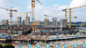 10万人収容の規模や設備など、あらゆる面で「世界一」を目指したサッカースタジアムの建設現場。資金が滞り、6月から実質的に工事が止まっているという=20日、広州、奥寺淳撮影