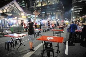 シンガポール中心部の屋台街、通称サテ・ストリート。平日の夜は空席が目立つ=2021年10月21日、西村宏治撮影