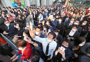 繁華街で開かれた街頭演説には、歩道を埋め尽くすほどの支援者たちが集まった=2021年10月23日午後4時36分、福岡・天神、藤脇正真撮影