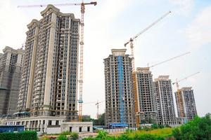 建設中のマンション=2021年9月15日、広東省仏山市、井上亮撮影