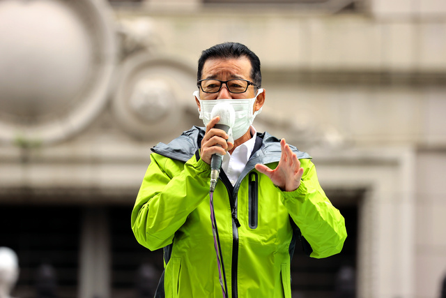 第一声をあげる日本維新の会の松井一郎代表=2021年10月19日午前10時43分、大阪市中央区、西岡臣撮影