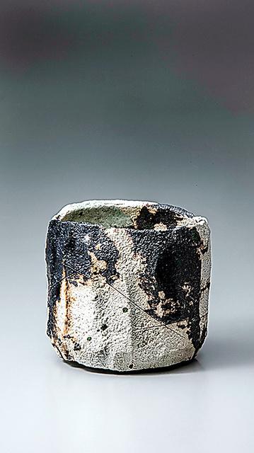 新作「焼貫白樂茶碗」(2021年)。滋賀・佐川美術館の「吉左衞門X MALEVICH」展に出品=畠山崇氏撮影