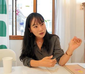 インタビューに答えるイラストレーターで作家のキム・スヒョンさん=2021年10月7日、ソウル、鈴木拓也撮影