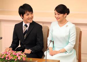 2017年、婚約が内定し、記者会見する眞子さまと小室圭さん