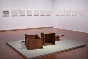 「ボイス+パレルモ」展示風景。手前はヨーゼフ・ボイス「小さな発電所」1984年