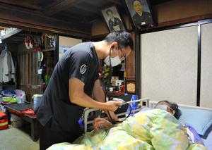 訪問診療で患者と向き合う医師の深瀬龍さん。「家にはその人の人生が飾ってある」=2021年10月11日午後2時7分、山形県大蔵村、坂田達郎撮影