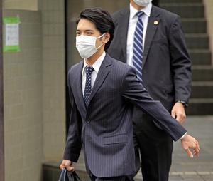 横浜市の実家マンションを出る小室圭さん=2021年10月26日午前8時33分、代表撮影