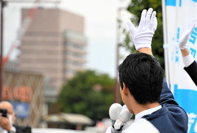 街頭で行き交う車に手を振る候補者=2021年10月19日午前9時32分、前橋市内、松田果穂撮影