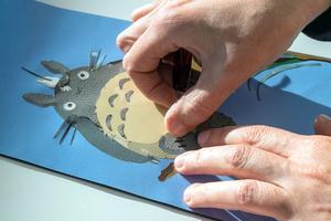 レザーピースを熟練の職人たちが手作業でモザイクのようにはめ込むマルケトリーの技法(ロエベ提供)
