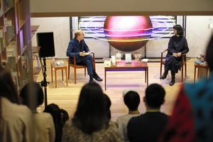 ロバート キャンベルさん(左)と川上弘美さんの朗読とトークに来場者たちが耳を傾けた=2021年10月23日、東京都新宿区の早稲田大学国際文学館、早稲田大学提供