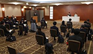 記者会見に臨む小室圭さんと眞子さん(右奥)=2021年10月26日午後2時4分、東京都内のホテル、代表撮影