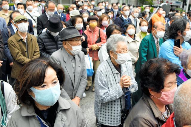 候補者の街頭演説を聴く有権者たち=2021年10月19日、東京都杉並区内