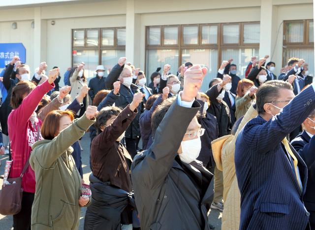 候補者の第1声で「、頑張ろう」と拳をあげる支援者ら=2021年10月19日午前9時35分、北海道帯広市