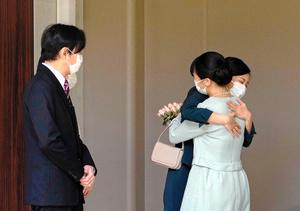 秋篠宮ご夫妻に見守られ、妹の佳子さまと抱き合う小室眞子さん=2021年10月26日午前10時、秋篠宮邸、代表撮影