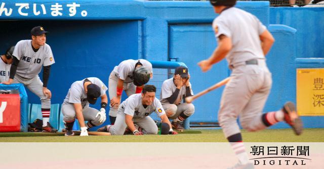 【野球】法政が12季ぶり優勝 東京六大学野球、慶応が逆転負け…泣き崩れる慶應の選手たち