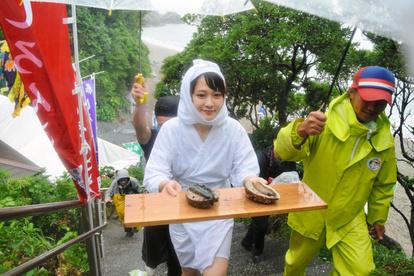 つがいのアワビ、海女ら奉納 「しろんご祭り」 三重:朝日新聞デジタル