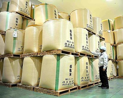 出荷を待つ米を保管するJA全農福島の倉庫=福島県会津美里町