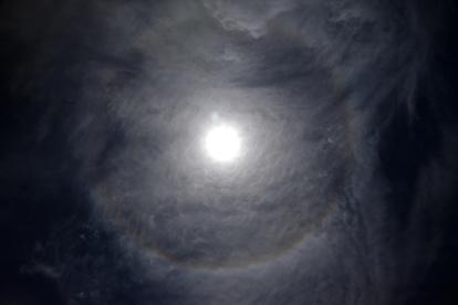 輪 に 見える 周り の 月 光 の