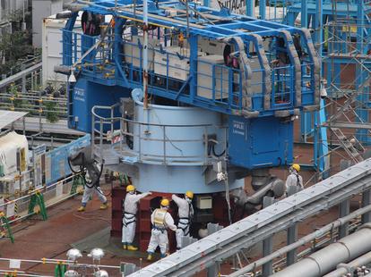 切断され、地上に下ろされた排気筒の頭頂部=2019年9月1日午後4時11分、福島県大熊町(東京電力提供)
