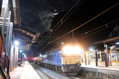 姨捨駅」に夜な夜な客が訪れる 月の駅?不思議な魅力:朝日新聞デジタル